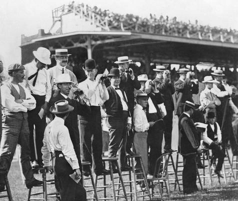 Penonton untuk mendapatkan tampilan balapan yang lebih baik di Gravesend Race Track di Coney Island pada tahun 1906