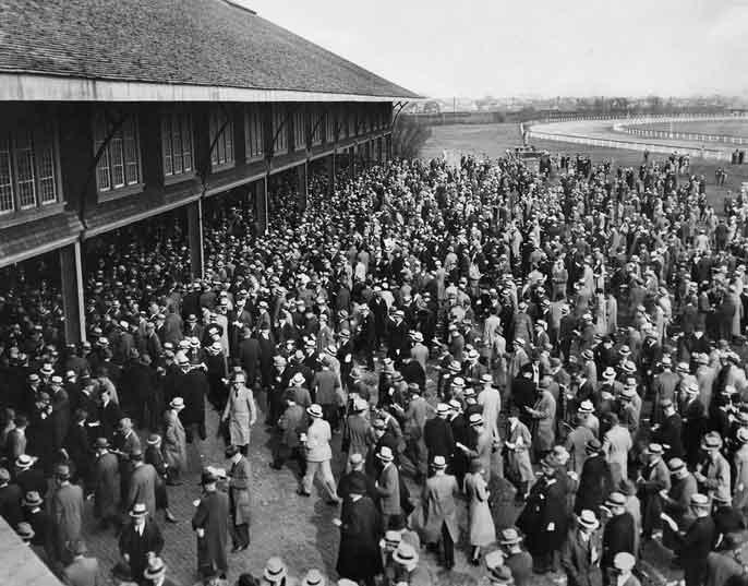 Penonton di Jamaica Race Course di Queens mengerumuni taruhan mereka pada 22 April 1932